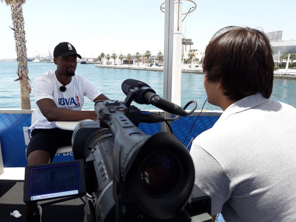 Harrison Barnes, jugador NBA de los Dallas Mavericks, cobertura para televisión
